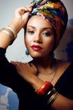 La donna intelligente con creativo compone, scialle sulla testa immagine stock libera da diritti