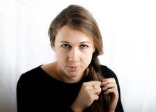 La donna intreccia i suoi capelli Fotografie Stock Libere da Diritti