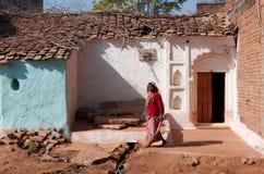 La donna invecchiata esce dalla casa Fotografia Stock