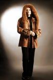 La donna in inverno copre il modo fotografia stock libera da diritti