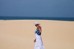 La donna invita alla spiaggia Fotografia Stock Libera da Diritti