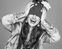 La donna isolata sul cappello grigio di Natale ha allungato sopra gli occhi Fotografia Stock Libera da Diritti