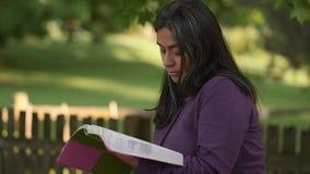 La donna ispana medita durante il tempo di culto archivi video