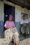 La donna keniana si siede l'intrecciatura della corda nei bassifondi, Nairobi Immagini Stock Libere da Diritti