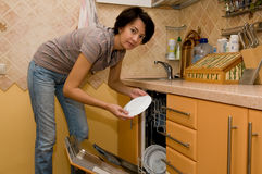 La donna lava gli articoli per la tavola Immagine Stock Libera da Diritti