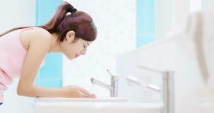 La donna lava il suo fronte fotografia stock libera da diritti