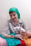 La donna lavora ad una macchina per cucire Fotografie Stock