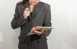 La donna lavoratrice tiene la carta Immagini Stock