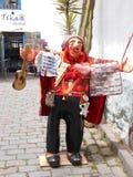 La donna locale che tricotta nella via sta rappresentando la tradizione locale in Cuzco Immagini Stock