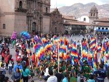 La donna locale che tricotta nella via sta rappresentando la tradizione locale in Cuzco Fotografie Stock