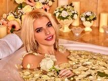 La donna lussureggia alla stazione termale di lusso Fotografia Stock