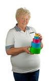 La donna maggiore con molti presenta Immagini Stock