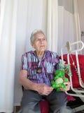 La donna maggiore si siede nella sua stanza immagine stock libera da diritti