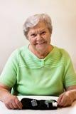 La donna maggiore trascurata vuole misurare lo zucchero di anima Fotografia Stock