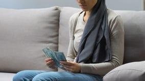 La donna malata che conta i soldi per chirurgia, ha bisogno dell'aiuto finanziario, donazioni della carità stock footage