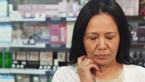 La donna malata esamina la macchina fotografica e tossisce stock footage