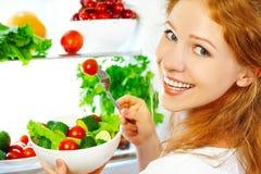 La donna mangia l'insalata vegetariana di verdure dell'alimento sano circa refrige Fotografia Stock Libera da Diritti
