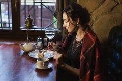 La donna mangia uguagliare il dolce fotografia stock