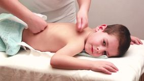 La donna massaggia video d archivio