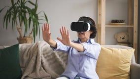 La donna matura è parlare, difficile i vetri di realtà virtuale nell'interno dell'appartamento video d archivio