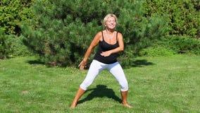 La donna matura attraente è istruttore aerobico video d archivio