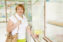 La donna matura compra le droghe Fotografia Stock Libera da Diritti