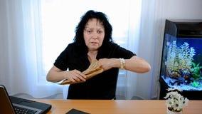 La donna matura ha un attacco di panico che si siede nell'ufficio archivi video