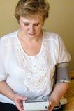 La donna matura misura la pressione sanguigna immagine stock libera da diritti
