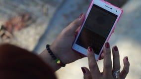 La donna matura passa in rassegna Internet con l'uso dello smartphone mobile archivi video