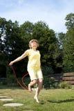 La donna matura si diverte la corda di salto Immagine Stock Libera da Diritti