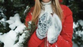 La donna meravigliosa gioca con neve nella foresta dell'inverno video d archivio