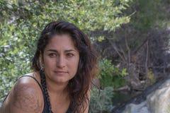 La donna messicana ispana dell'America dello Spagnolo attraente interessato serio calmo in testa della natura ha sparato della fe immagine stock libera da diritti