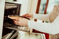 La donna mette il dolce casalingo immagini stock libere da diritti