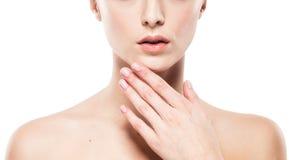 La donna mette il ritratto sulle spalle del primo piano delle dita delle mani delle labbra Immagine Stock