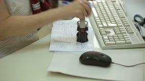 La donna mette una guarnizione sui documenti archivi video