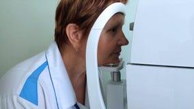 La donna misura la pressione intraoculare stock footage
