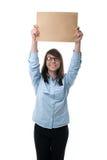 La donna mostra a dito la busta immagini stock libere da diritti