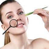 La donna mostra i wrincles mimici relativi all'età Fotografia Stock Libera da Diritti