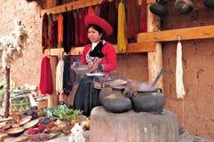 La donna mostra il processo di fabbricazione dei vestiti. Fotografia Stock