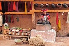 La donna mostra il processo di fabbricazione dei vestiti. Immagine Stock