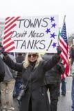La donna mostra il segno di protesta Fotografie Stock Libere da Diritti