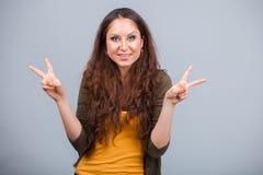 La donna mostra il simbolo della vittoria Immagini Stock Libere da Diritti