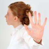 La donna mostra la palma della mano Fotografie Stock Libere da Diritti