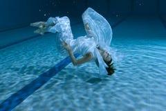 La donna mostra una manifestazione subacquea Fotografia Stock