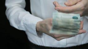 La donna mostra una pila di soldi russi stock footage