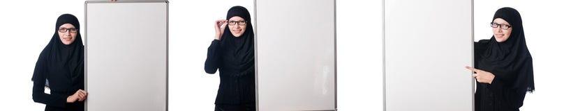 La donna musulmana con il bordo in bianco su bianco Fotografie Stock