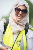 La donna musulmana felice alla contro-dimostrazione dal gruppo di pressione si unisce contro fascismo in Whitehall, Londra, Regno fotografie stock