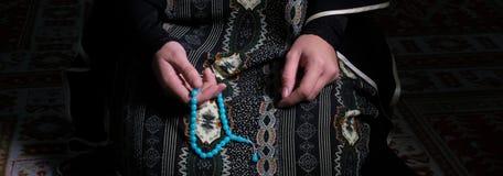 La donna musulmana prega in moschea Fotografie Stock