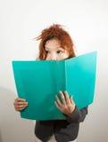 La donna nasconde il suo fronte Fotografia Stock