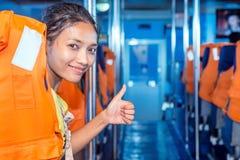 La donna in nave del traghetto con pollice in su gesture fotografia stock libera da diritti